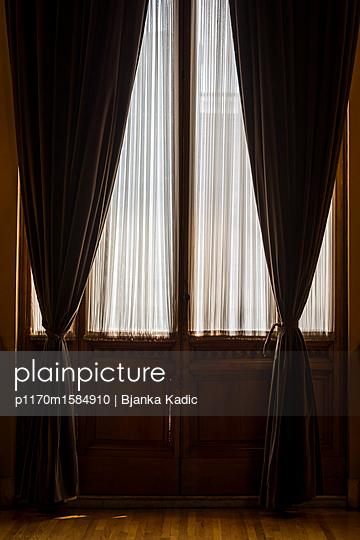 Symmetrischer Vorhang - p1170m1584910 von Bjanka Kadic