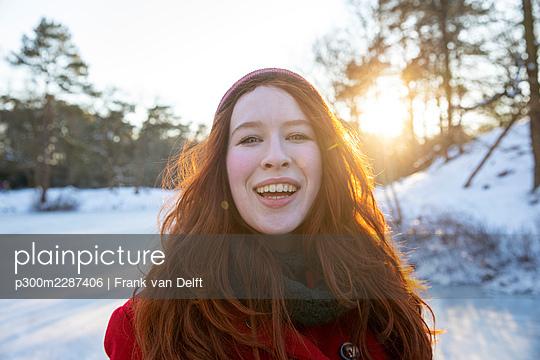 Netherlands, Vught, Vughtse Hei, ginger girl and boyfriend iceskating - p300m2287406 von Frank van Delft