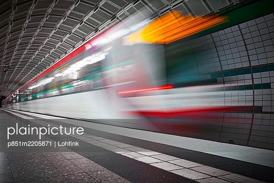 Subway station, light effects, Hamburg - p851m2205871 by Lohfink