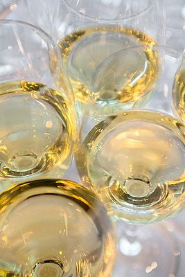 Weingläser mit Weißwein - p1057m1526204 von Stephen Shepherd