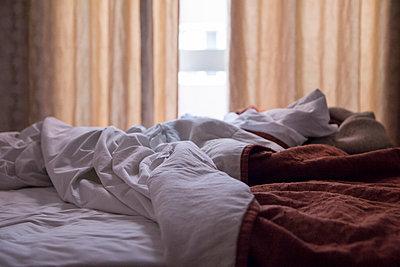 Unmade bed - p300m1580826 von Maria Maar