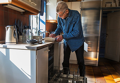 Man in kitchen - p312m2139725 by Pernille Tofte