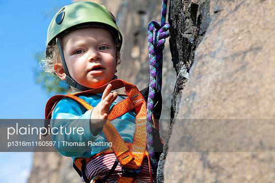 Junge beim Klettern in einem Steinbruch, Leipzig, Sachsen, Deutschland - p1316m1160597 von Thomas Roetting