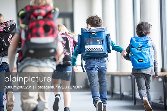 Rear view of pupils rushing down school corridor - p300m2005291 von Fotoagentur WESTEND61