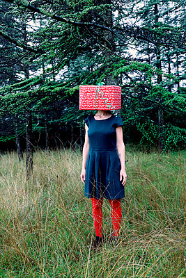 Woman with a gift package on her head - p1521m2141359 by Charlotte Zobel