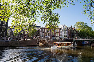 Ausflugsboot auf Gracht in Amsterdam - p177m1214597 von Kirsten Nijhof