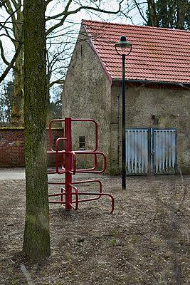 Leerer Schulhof mit Klettergerüst - p227m1191135 von Uwe Nölke