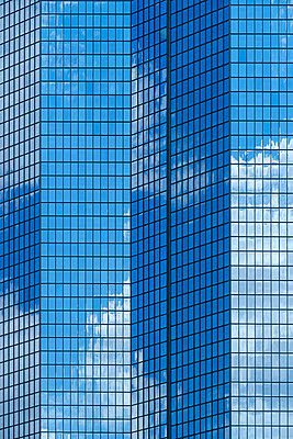 Reflection of blue sky and clouds in modern building windows - p555m1532655 by Blend Images