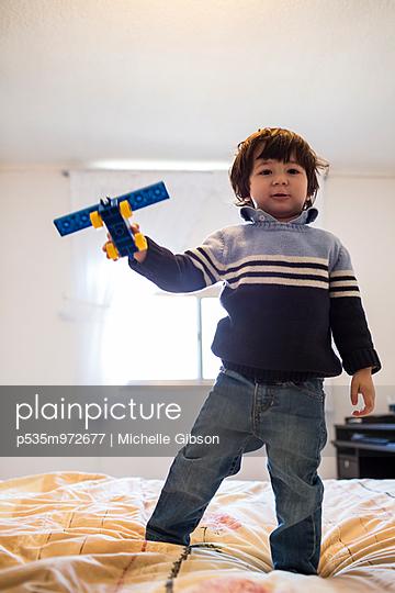 Flugzeug spielen - p535m972677 von Michelle Gibson