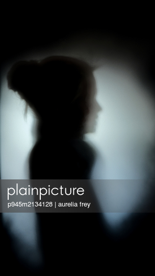 Silhouette of a girl - p945m2134128 by aurelia frey