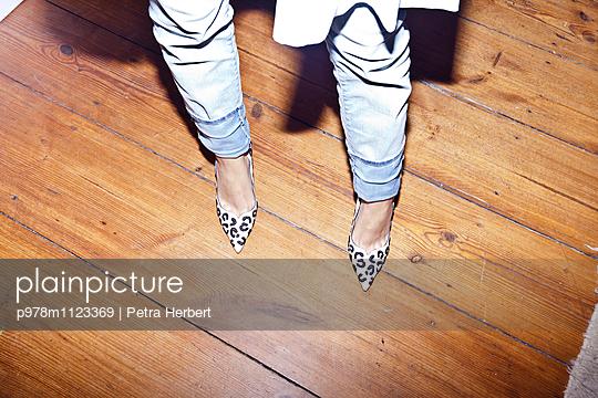 Sexy in High Heels - p978m1123369 von Petra Herbert