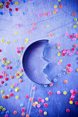 Cookie cutter and sugar sprinkles - p1149m2021601 by Yvonne Röder