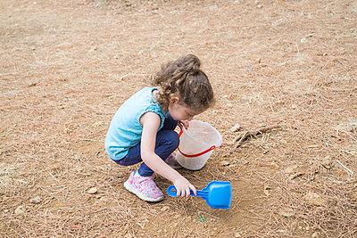 Kleines Mädchen spielt mit Plastikschaufel und Eimer - p794m2021995 von Mohamad Itani