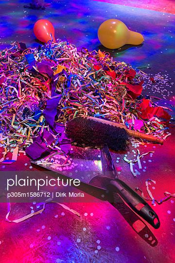 Konfetti und Handfeger nach der Party - p305m1586712 von Dirk Morla