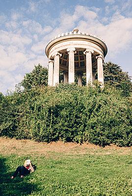 Im Englischen Garten, München - p1085m989071 von David Carreno Hansen