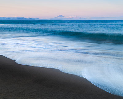 Sunset view of Mount Fuji from the beach, Shizuoka Prefecture, Japan - p1166m2285590 by Cavan Images