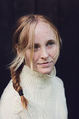 portrait of a young woman  - p1323m1590467 von Sarah Toure