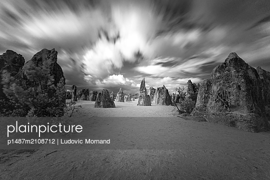 Dramatic clouds over the Pinnacles desert - p1487m2108712 by Ludovic Mornand
