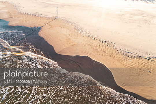Spain, Valencia, Overhead view of sea waves on beach - p924m2300808 by Tamboly