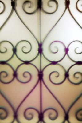 Gitter aus Schmiedeeisen hinter Mattglas - p1248m2172158 von miguel sobreira