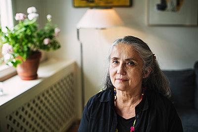 Portrait of confident senior woman at home - p426m1130992f by Maskot