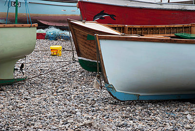 UK, Boats on pebble beach; Devon - p442m840238 by Teresa Arévalo de Zavala