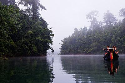 Tourists sightseeing, Ratchaprapa Reservoir, Khao Sok National Park, Surat Thani Province, Thailand, Southeast Asia, Asia - p871m1136162 by Christian Kober