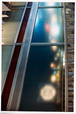 Spiegelungen in einer Glasscheibe - p9792492 von Dupont photography