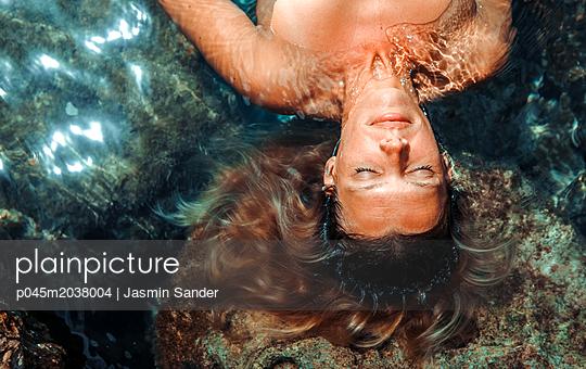 Wunderschöne Frau träumt im Wasser - p045m2038004 von Jasmin Sander