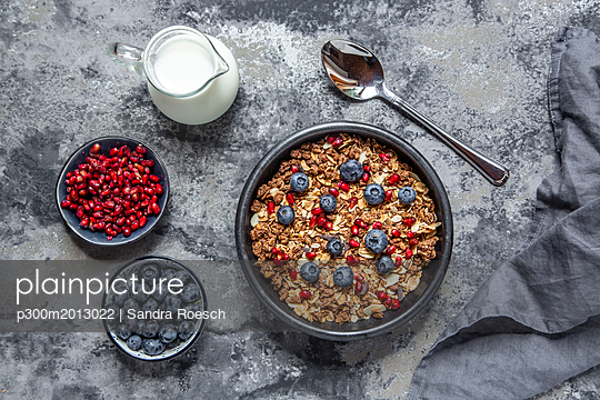 Bowl of muesli with blueberries and pomegranate seed - p300m2013022 von Sandra Roesch