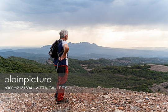 Senior hiker standing on viewpoint - p300m2131694 by VITTA GALLERY