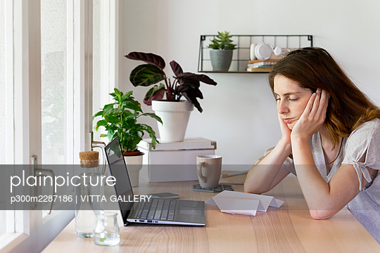 Barcelona, Spain. Young woman working from home. Work from home - p300m2287186 von VITTA GALLERY