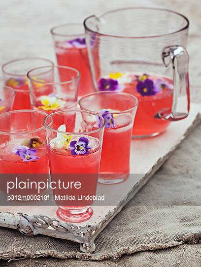 Lemonade with flowers