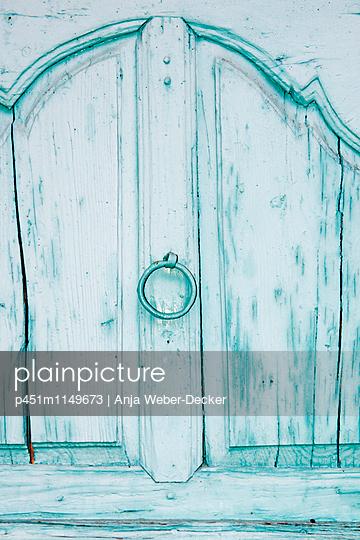 Alter Holzschrank - p451m1149673 von Anja Weber-Decker