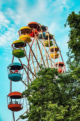 Georgia, Imereti, Kutaisi, Multicolored ferris wheel - p300m2199642 by Valentin Weinhäupl