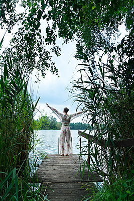 Woman by lake - p427m2109572 by Ralf Mohr