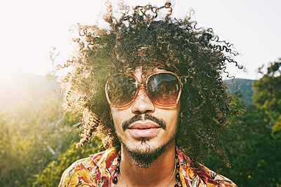 Portrait of Mixed Race man wearing sunglasses - p555m1301733 by Peathegee Inc