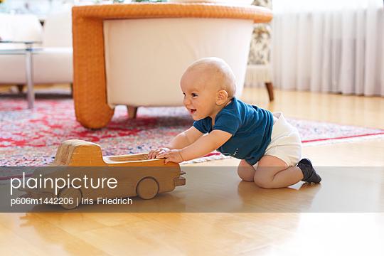 Baby spielt mit Holzauto - p606m1442206 von Iris Friedrich