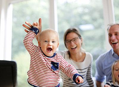 Lachendes Kleinkind und Eltern - p1258m2021266 von Peter Hamel
