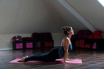 Woman practising yoga  - p1295m2210090 by Katharina Bauer