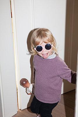 Kleines Mädchen mit Sonnenbrille - p1514m2089741 von geraldinehaas