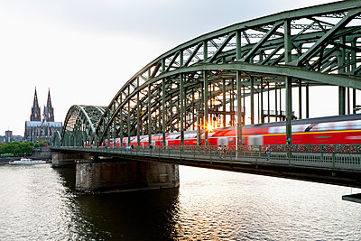 Germany, Cologne, View of Cologne Cathedral and Hohenzollern Bridge with River Rhine - p300m878335 by Fotofeeling