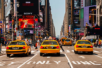 USA, New Yorck City, Manhattan, yellow cabs waiting at traffic light on Times Square - p300m949085 by Walter G. Allgöwer