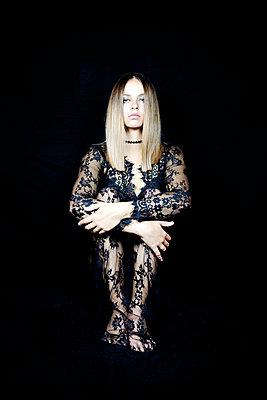Woman wearing lace dress - p1105m2115308 by Virginie Plauchut