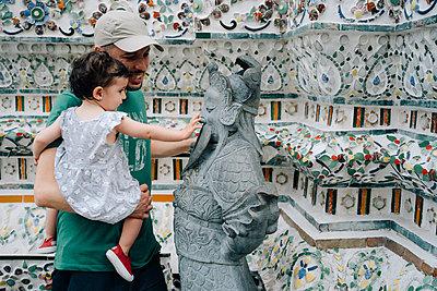 Thailand, Bangkok, Wat Arun, Father and daughter visiting the Buddhist temple - p300m2028958 von Gemma Ferrando