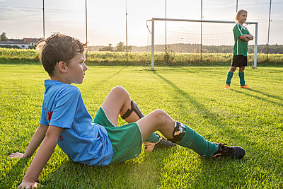 Two young football players on football ground - p300m1580712 by Fotoagentur WESTEND61