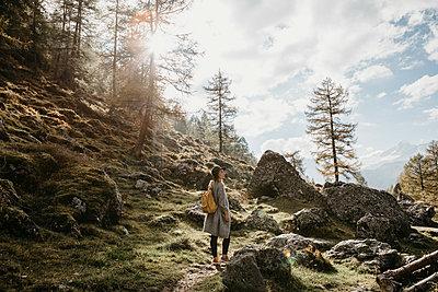 Switzerland, Engadin, woman on a hiking trip in the mountains - p300m2059406 von letizia haessig photography