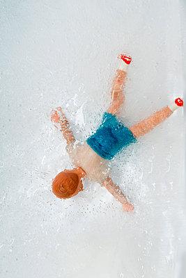 Eingefrorene Puppe im Eisblock - p451m1538117 von Anja Weber-Decker
