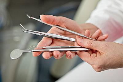 Zahnärztliche Instrumente - p814m971179 von Renate Forster