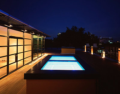 60 Whitfield Street W1, London. Roof terrace with illuminated skylight. - p8551408 by Peter Durant